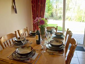 Table de la salle à manger et porte vers la véranda