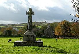 Hochkreuz und Kirchenruine in Dysert O'Dea